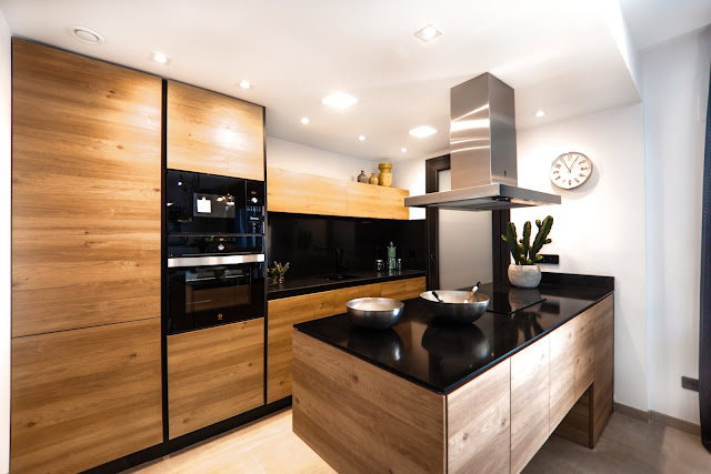 Drewniana kuchnia z czarnym blatem