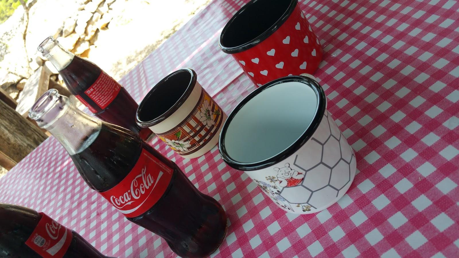 Urige Blechbecher mit Cola Flaschen