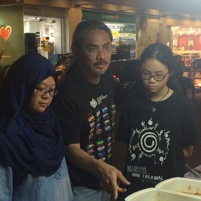 Keluarga Bro Mr Gedek Sedang Memilih Sambal Nasi Lemak Pandan