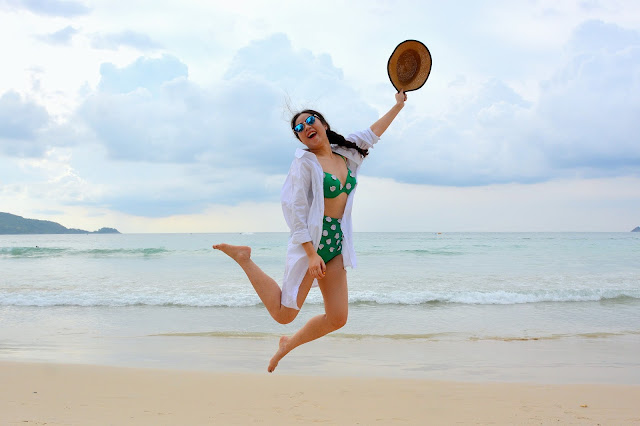 femme saut devant la mer - plage - soleil