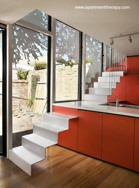 Escalera interior original con espejo e integrada al mobiliario