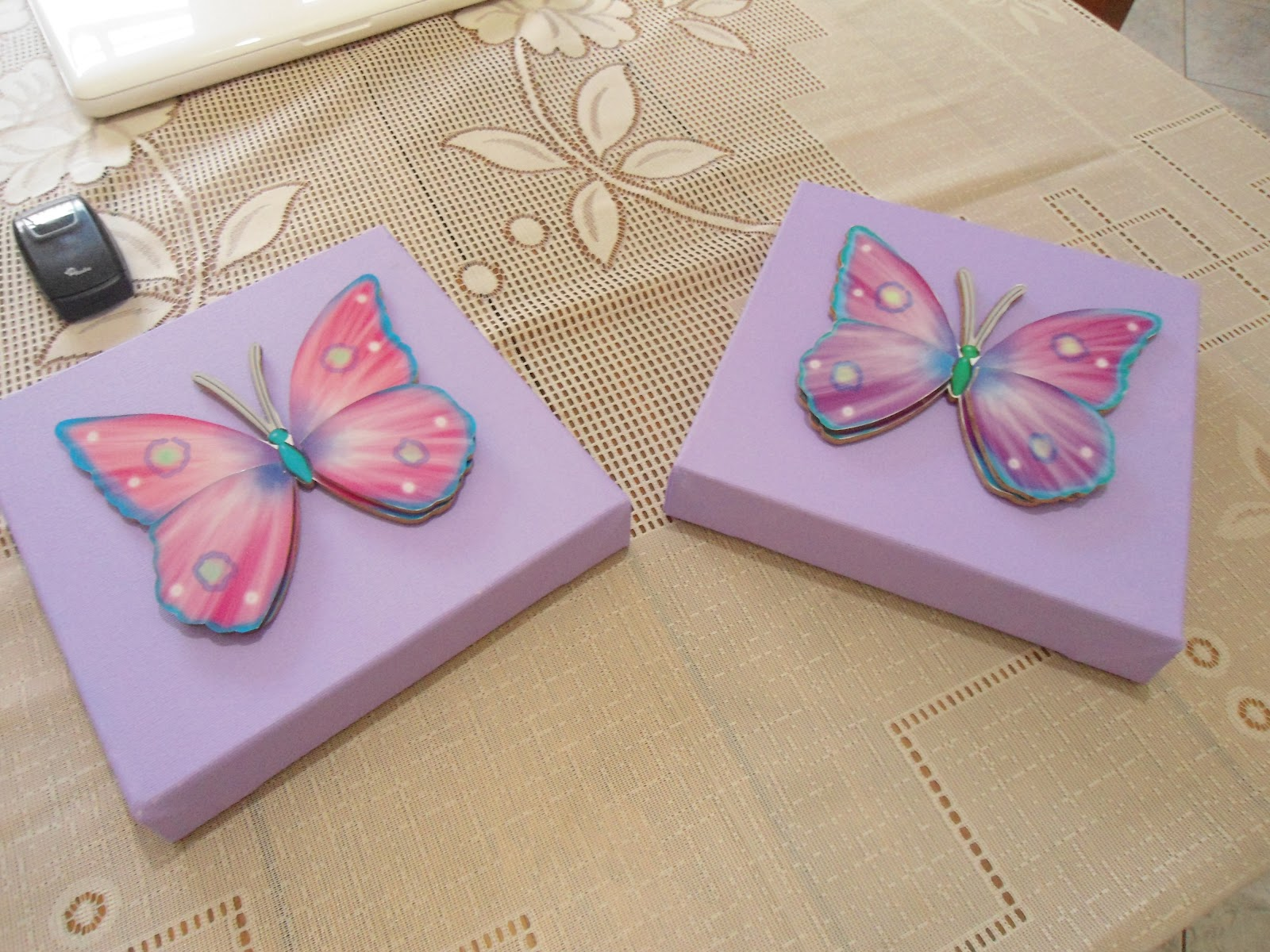 O do Pedro com fundo azul e MDF de carro e o da Cacá no fundo lilás e MDF  de borboleta!! b259dc5c1b8