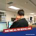 Ce médecin gère les urgences d'un hôpital avec un bébé endormi sur son épaule