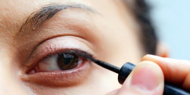 Cara Pakai Eyeliner Cair Pemula Agar Tidak Belepotan, teknik menggunakan eyeliner, cantik dengan eyeliner