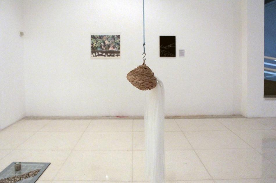 Situacion de peso 2, nido de yute en la exposición individual de Manuel Eduardo González