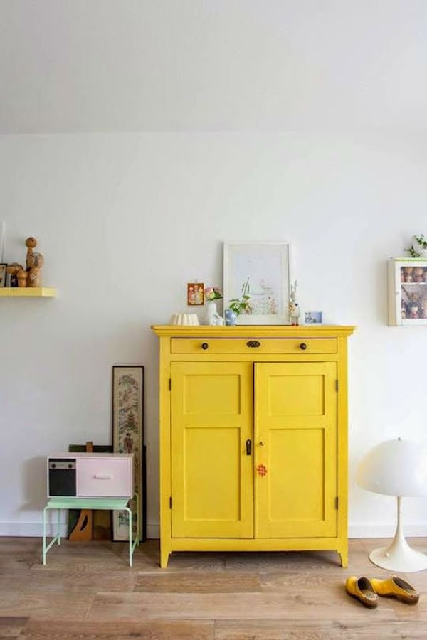 Mueble antiguo pintado en color amarillo dorado