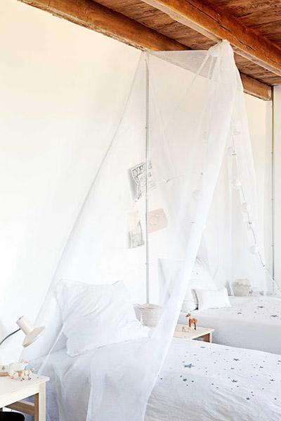 chambre enfant decoration marquise moustiquaire blanc