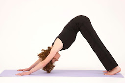 Posisi Yoga Dilantai Saat Menarikkan Kaki Ke Dinding