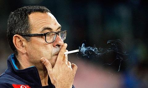 """CLB RB Leipzig của Đức từng bố trí hẳn một phòng cho ông Sarri thoải mái """"xả khói thuốc"""""""