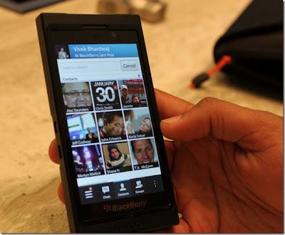 BBM para BlackBerry 10 y la funcionalidad que ha logrado, sin lugar a dudas, mantener el atractivo de los terminales después de la gran popularidad que han logrado los terminales con iOS o Android y su interfaz más avanzadas. Una de las novedades en BBM para BlackBerry 10 es que contará con recomendación de contactos. Para añadir un contacto en BBM ahora mismo es necesario conocer el PIN del usuario de lo contrario no podemos realizar la solicitud de amistad. Esto no pasará en el nuevo BBM porque RIM añadió la posibilidad recomendar usuarios con BlackBerry Messenger, siempre que usen