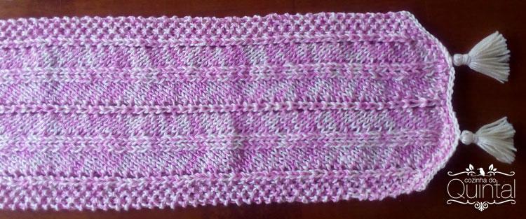 Um cachecol largo, bem quentinho, em cores mescladas e em maxi tricô como a moda pede.