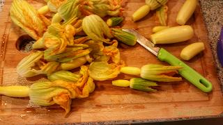 Vorbereitung Blüten vegetarisch gefüllte Zucchiniblüten Rezept