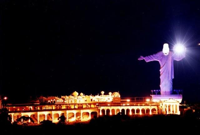 Cristo Luz show de cores no céu de Balneário Camboriú