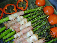 Szparagi zielone na śniadanie niedziela dla dzieci boczek w plastrach wędzony parzony kinderbalprzyjęcie grillowe szparagi na grillu patelni grillowej pomidorki koktajlowe grillowane