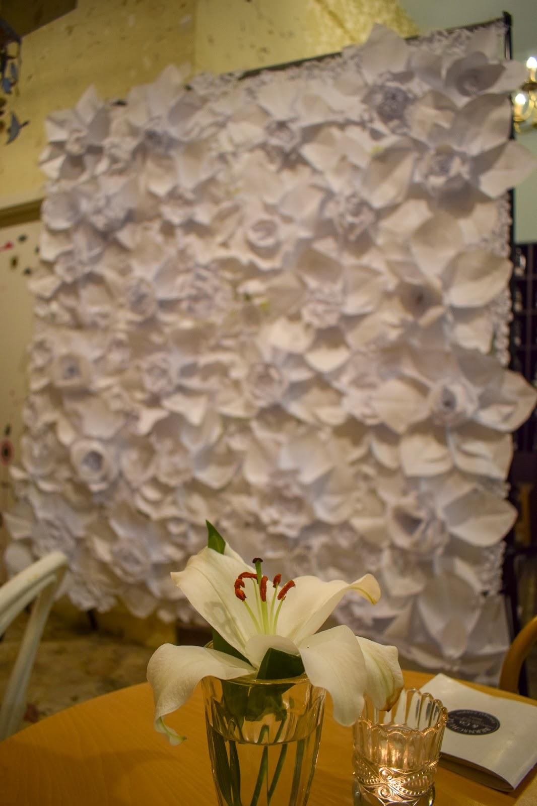 Perete cu flori de hartie decor handmade de inchiriat, bucuresti