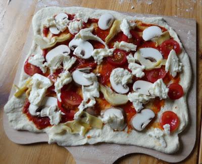 Pizza mit Artischocken und Champignons