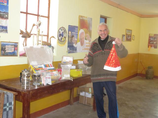 Kurz vor Pfingsten kamen 10 Päckchen im Postamt von Tupiza an. So könnte man das Foto betiteln: wenn Pfingsten zu Weihnachten wird. Das Internetsignal ist wegen der extremen Kälte fast NULL geworden!