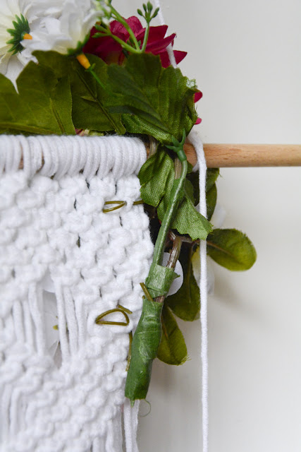 Colocamos el ramo en el tapiz de macramé
