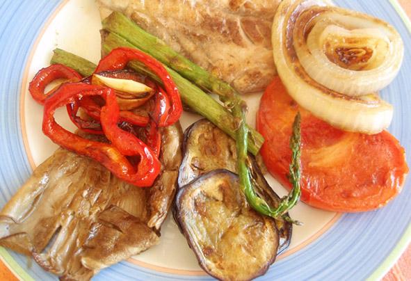 Lomos de chicharro con hortalizas a la plancha