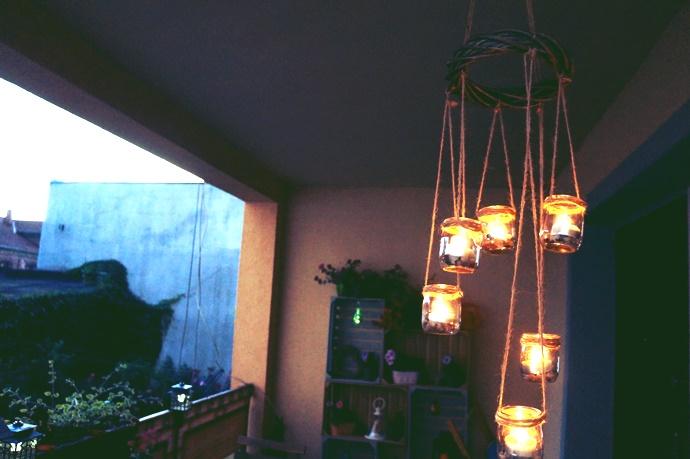 DIY: wiszący świecznik na balkon ze słoiczków