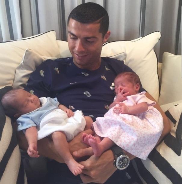 Cristiano Ronaldo presenta a sus gemelos en sociedad mateo y eva