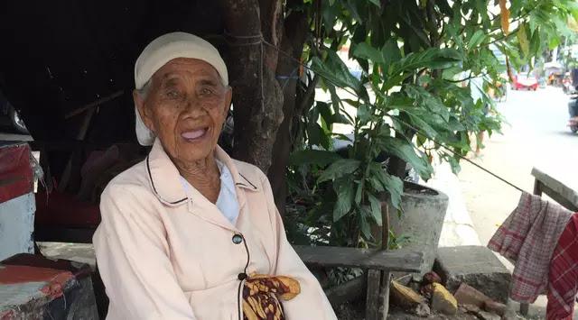 Meski Sudah Berusia 106 Tahun, Nenek Ini Tetap Semangat Berjualan Makanan Khas Cirebon