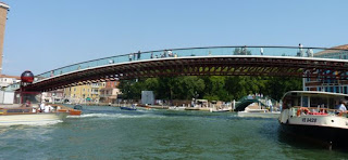 Puente de la Constitución en el Gran Canal de Venecia.