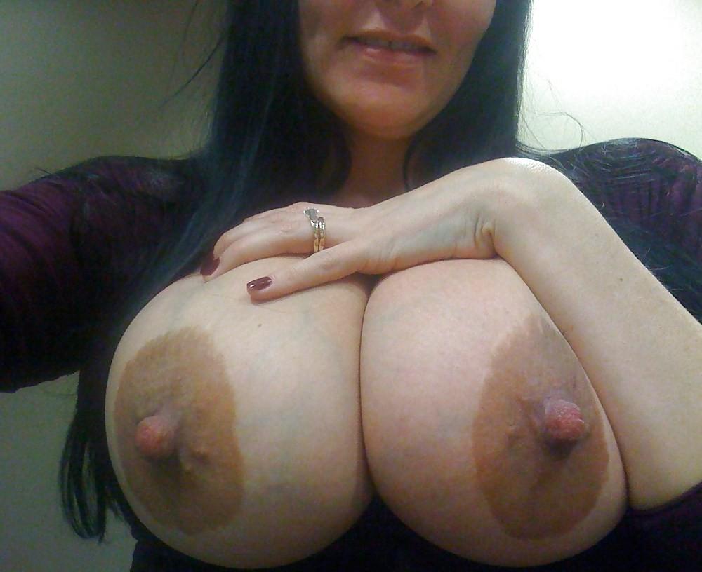 Большие коричневые соски на большой груди русской девушки