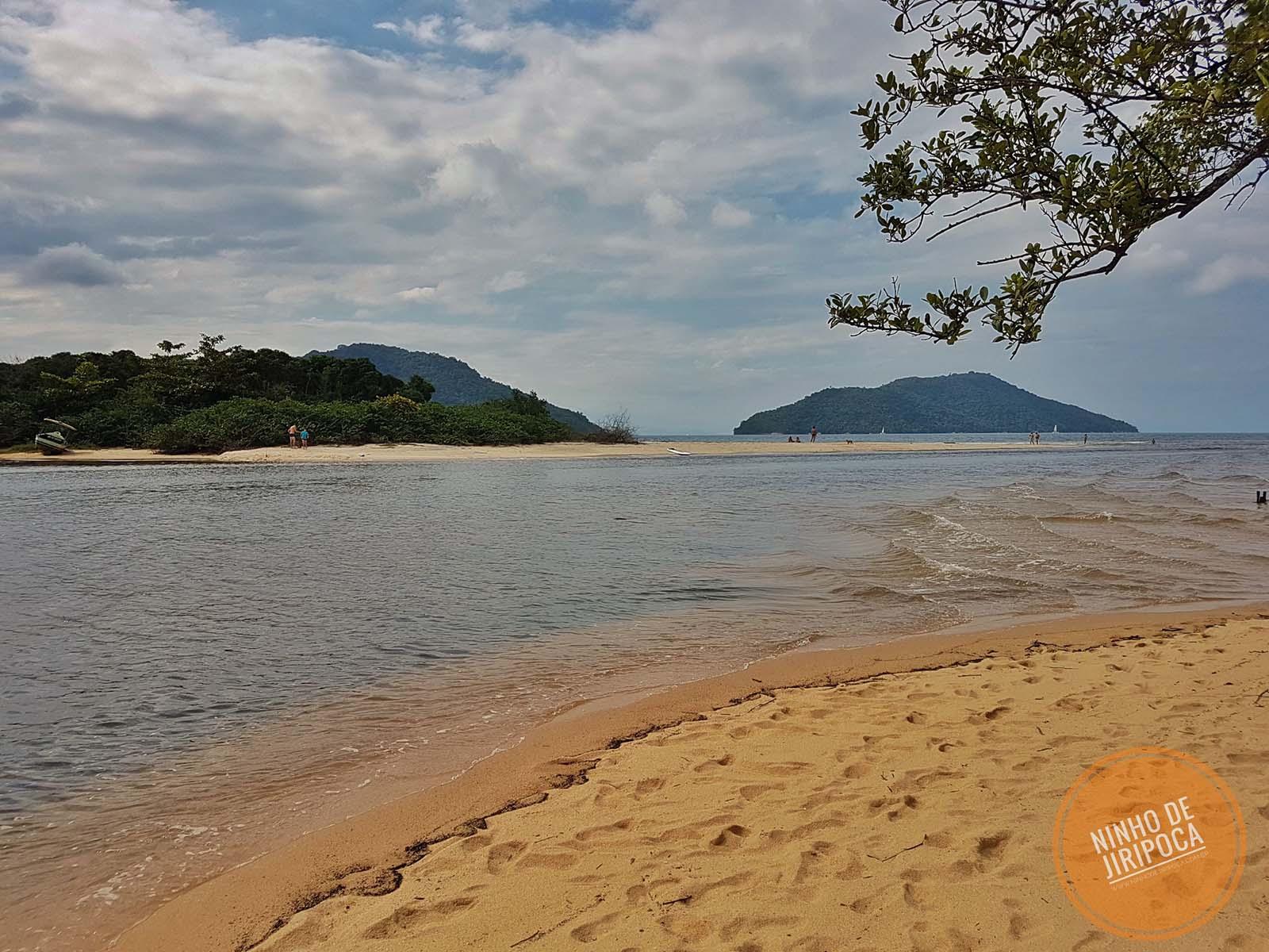 Praia de Paraty Mirim, em Paraty, encontro do rio com o mar