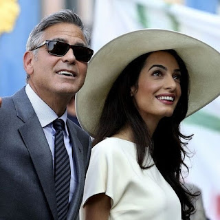 Η Amal Clooney καλύπτει την κοιλιά της με ένα outfit που δεν περιμέναμε ποτέ να δούμε
