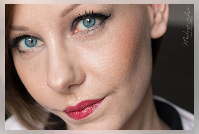 Burberry Kisses Hydrating Lip Colour | No. 113 Union Red Swatch Tragebild