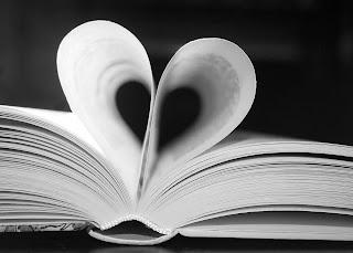 Libro y hojas con forma de corazón