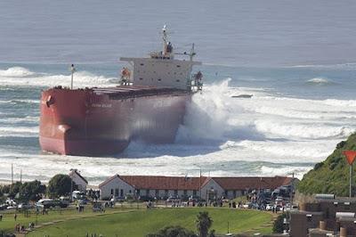 Sebuah kapal yang hampir menabrak kawasan pemukiman
