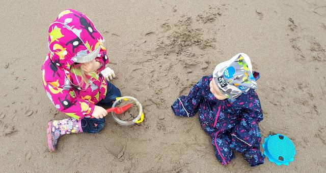Sisarukset, hiekkaleikit, kukkasaappaat, kettutakki, molla, mollapipo