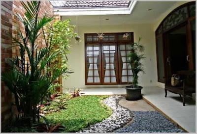 rumah dengan taman belakang