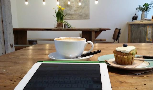 narsissit, muffini, cappucino, ipad, kahvila, bloggaaja