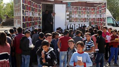 """""""Gezici kütüphane"""" köy çocuklarını kitapla buluşturuyor"""