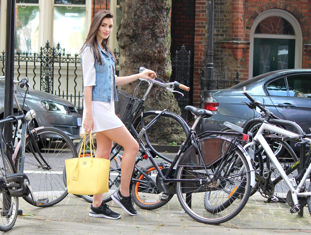 peexo fashion blogger wearing lace up dress and vintage levi's and yellow bag and nike free run 2