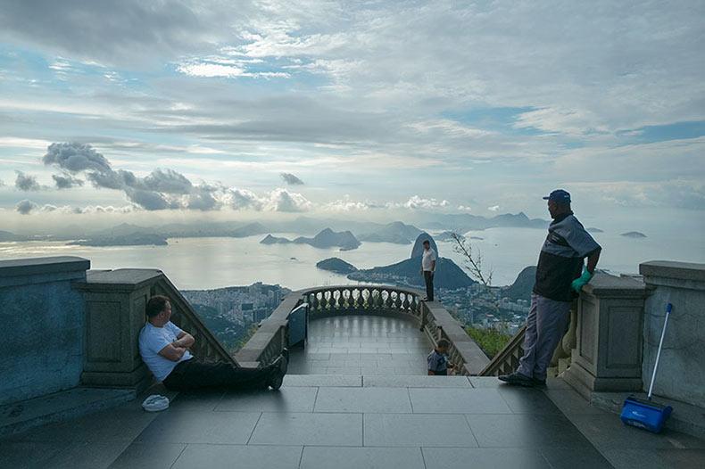 Fotógrafo apunta su cámara hacia el lado opuesto de los puntos de referencia de los populares destinos turísticos