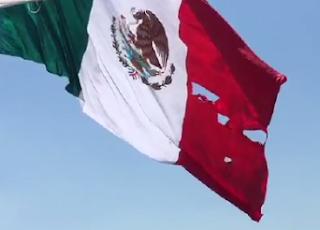 Peña Nieto celebra el Dia de la Bandera de Mexico y se rompe