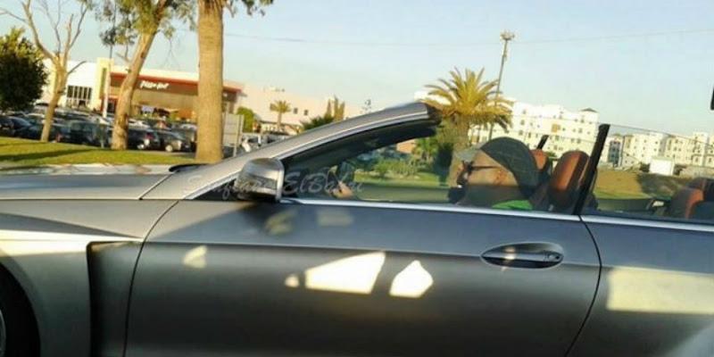 Un individu en véhicule dépasse Mohammed VI et brûle le feu rouge.