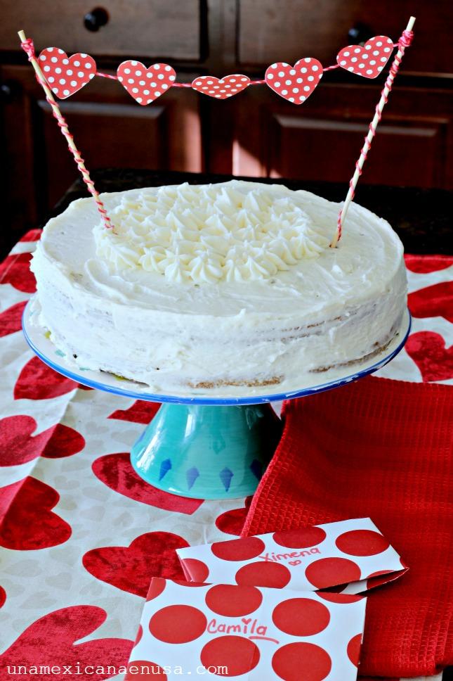 Día de San Valentín: pastel decorado con corazones de papel