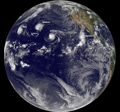 Océano pacífico con tres huracanes