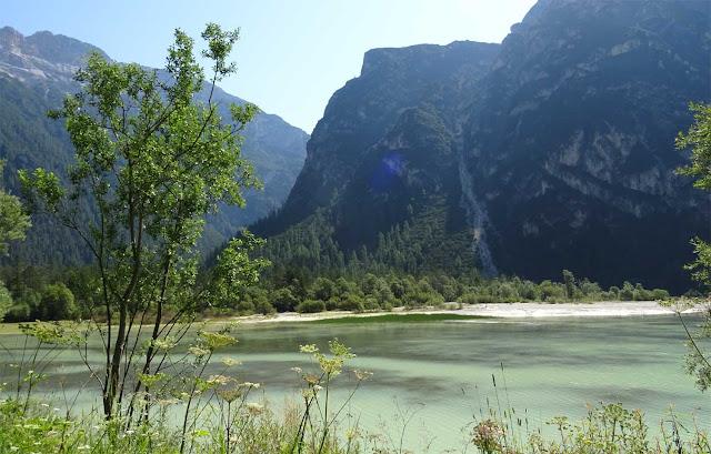 Grüne Wasseroberfläches des Misurinasee in Südtirol mit Bergen