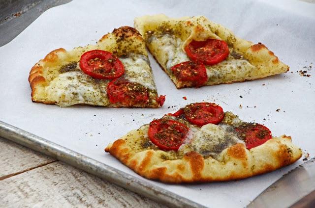 Grilled%2BPizza%2Bwith%2BZa%25E2%2580%2599atar%252C%2BTomatoes%2B%2526%2BFresh%2BMozzarella%2BRecipe.jpg