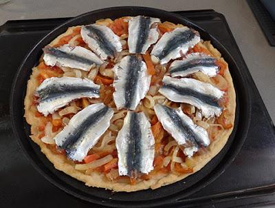 Elaboración de la coca de sardinas frescas