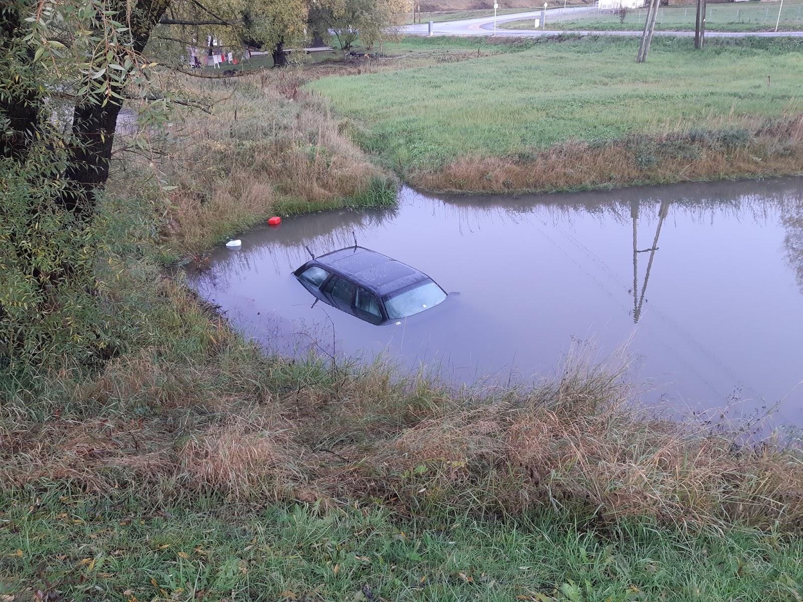 Vieglā automašīna Tukumā pēc avārijas nogrimst ūdens piepildītā grāvī 4