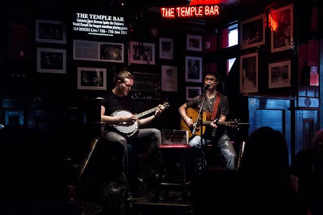 Músicos tocando en directo en Temple Bar de Dublín