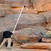 الباحث مارتي كورنيا يشرف على إنجاز نسخ للنقوش الصخرية الامازيغية القديمة التي حيرت الباحثين