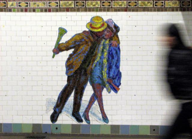 seni mosaik orang pacaran, seni mosaik orang ciuman kiss di depan umum,
